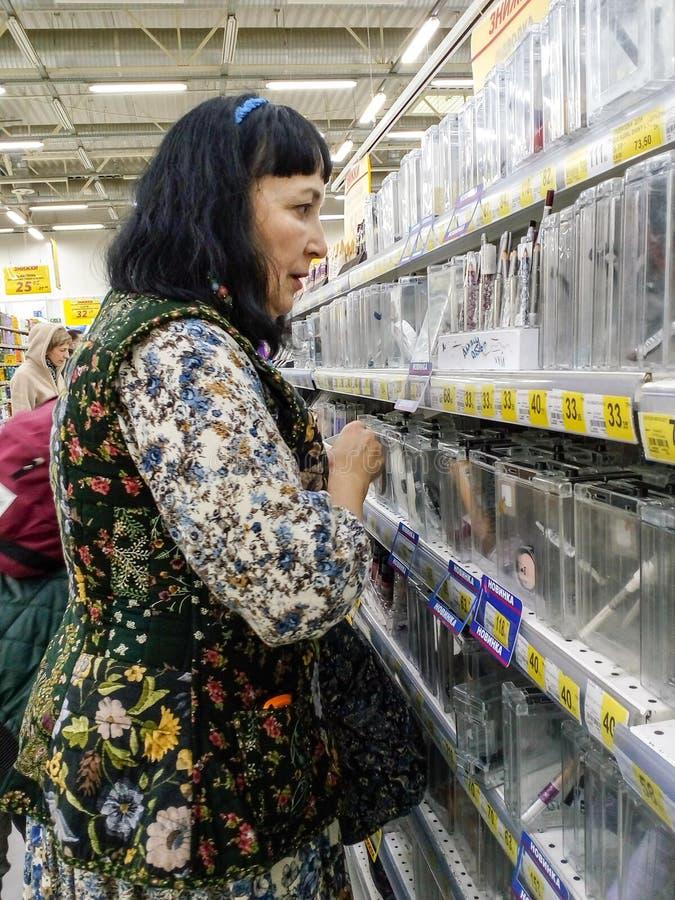 De vrouw kiest goederen stock afbeelding