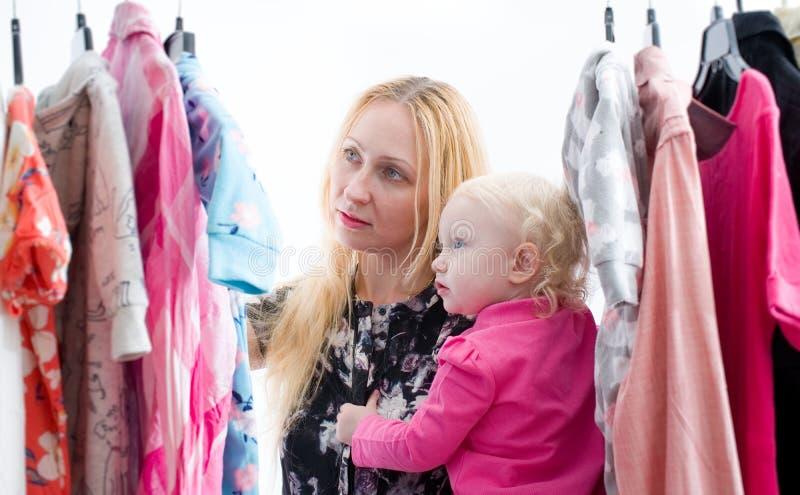 De vrouw kiest kleren in de garderobekast royalty-vrije stock foto