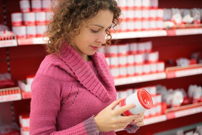 De vrouw kiest in winkel