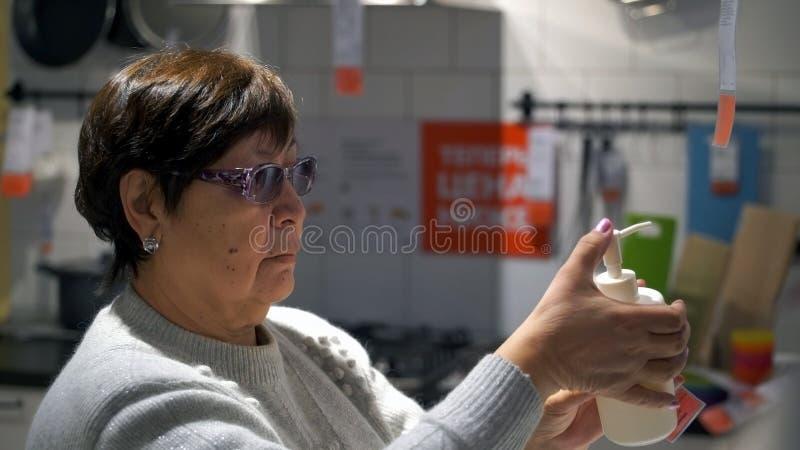 De vrouw kiest in winkelzeep stock afbeeldingen