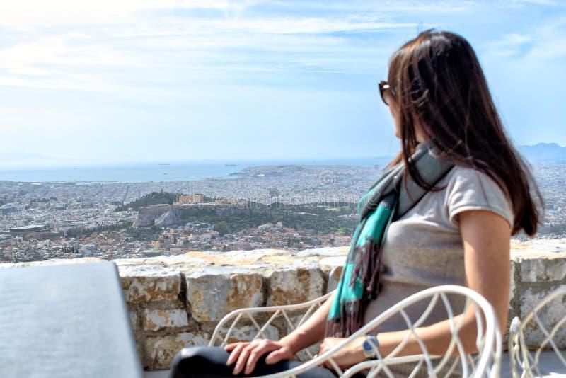 De vrouw kijkt op een grote stad Athene en de Akropolisheuvel royalty-vrije stock foto's