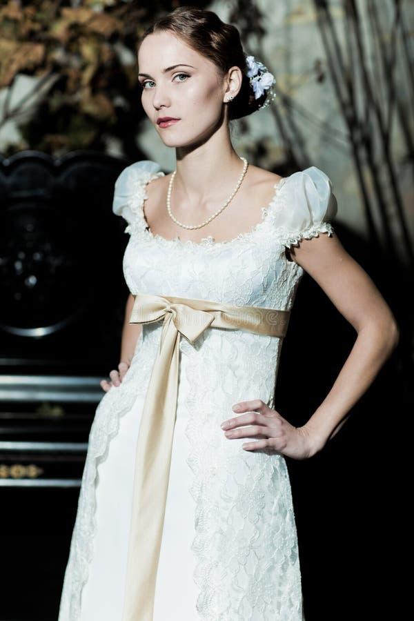 De vrouw kleedde zich als bruid stock afbeeldingen