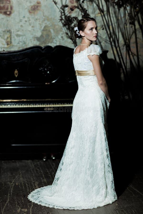 De vrouw kleedde zich als bruid stock foto