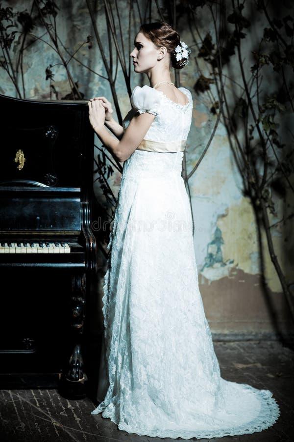 De vrouw kleedde zich als bruid royalty-vrije stock foto