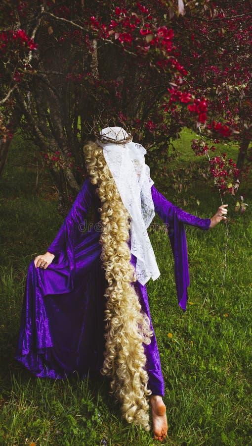 De vrouw kleedde zich als sprookjekarakter, Rapunzel royalty-vrije stock afbeelding