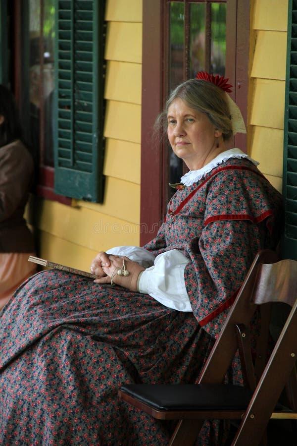 De vrouw kleedde zich als vrouw van Ulysses S Toelagezitting op portiek van Grant Cottage, New York, 2014 stock foto's