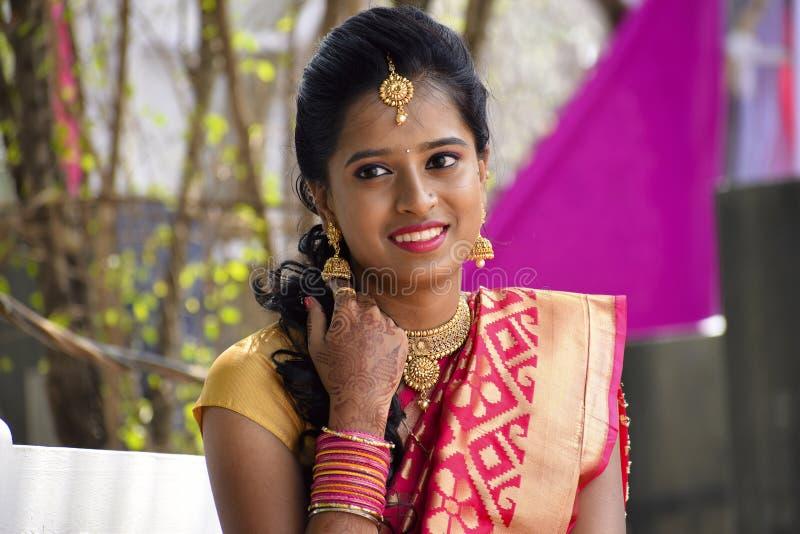 De vrouw kleedde zich in Indische kledij bij huwelijksceremonie bekijkend camera, Pune royalty-vrije stock foto