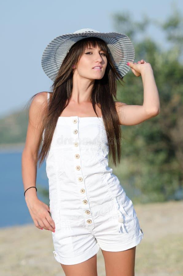 De vrouw kleedde zich met witte overtrekkenkruippakjes die de zonnige dag joying stock fotografie
