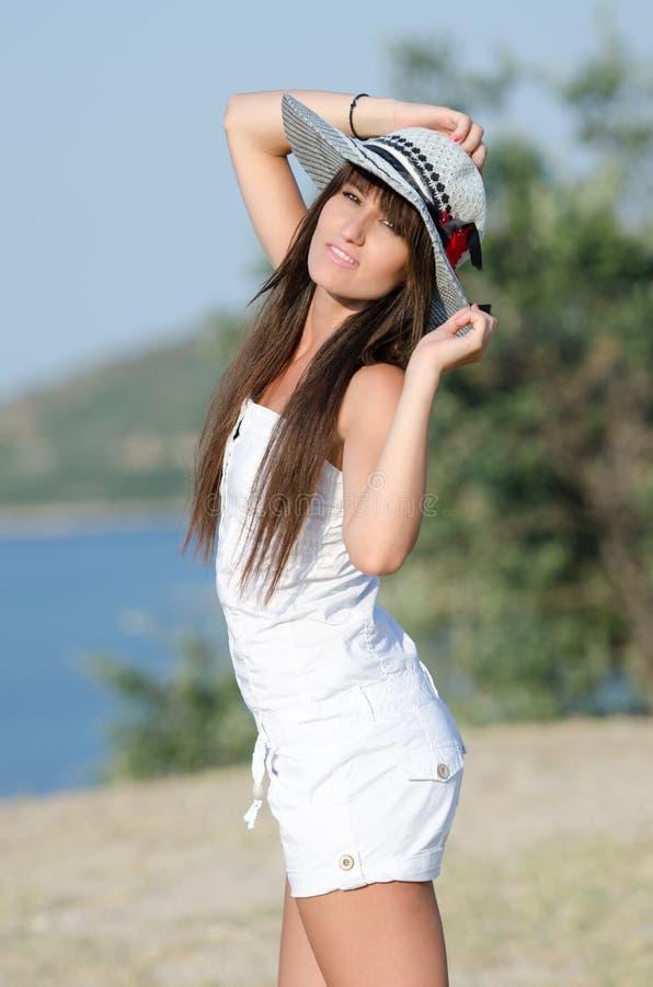 De vrouw kleedde zich met witte overtrekkenkruippakjes die de zonnige dag joying stock foto