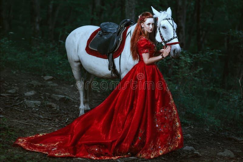 De vrouw kleedde zich in middeleeuwse kleding stock foto