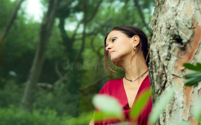 De vrouw kleedde zich in rood royalty-vrije stock fotografie
