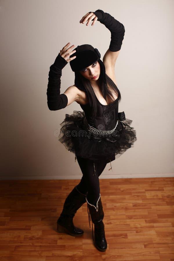 De vrouw kleedde zich in zwarte royalty-vrije stock afbeelding
