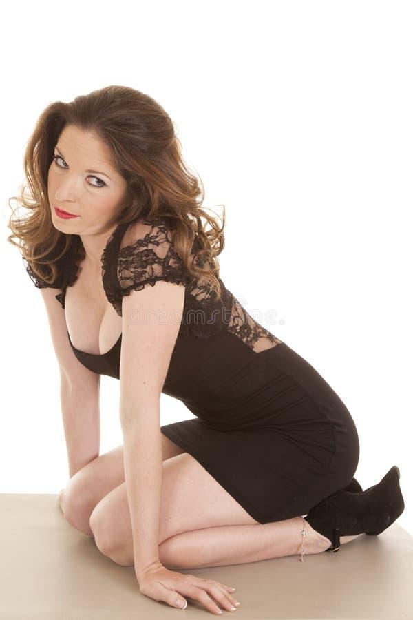Download De Vrouw Knielt Zwarte Kleding Kijkt Kant Stock Afbeelding - Afbeelding bestaande uit wijfje, brunette: 29510517