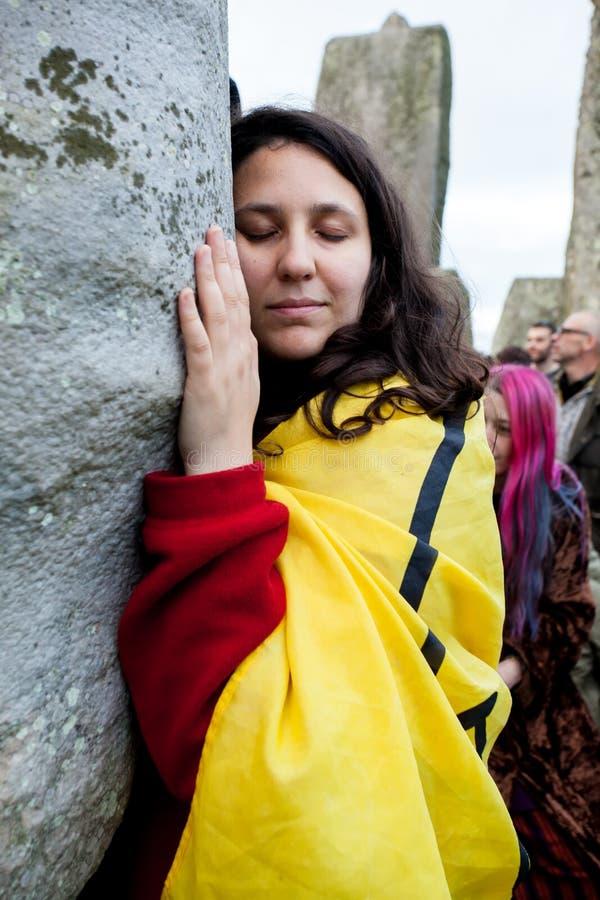 De vrouw koestert een steen in Stonehenge Wiltshire Engeland royalty-vrije stock foto's