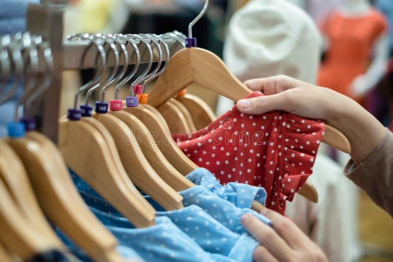 De vrouw koos nieuwe kleren royalty-vrije stock afbeelding