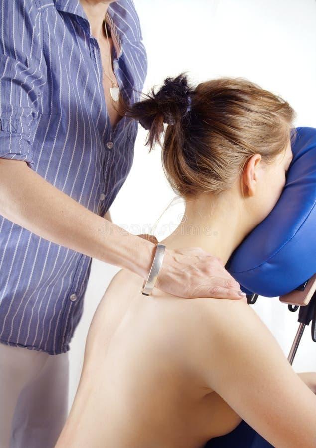 De vrouw krijgt een massage royalty-vrije stock afbeelding
