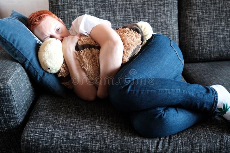 De vrouw lijdt aan depressie Problemen in het persoonlijke leven en op het werk Spanning en depressie De migraine is a royalty-vrije stock foto's