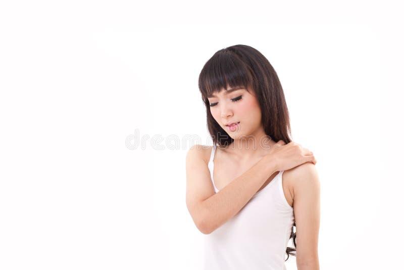 De vrouw lijdt aan schouderpijn of stijfheid royalty-vrije stock fotografie