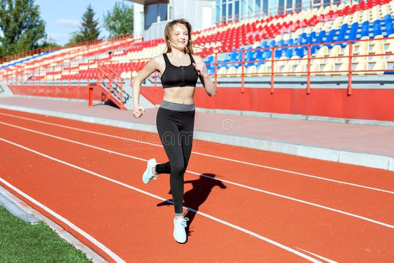 De vrouw loopt in het stadion royalty-vrije stock afbeeldingen