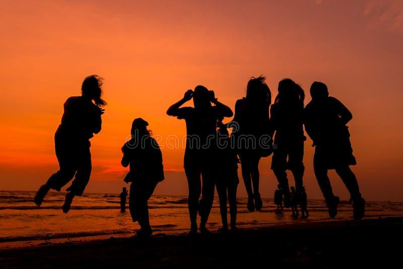 De vrouw loopt op strand het ontspannen stock foto