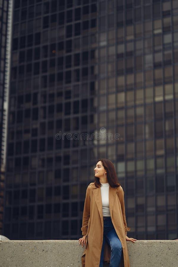 De vrouw loopt de straten van Chicago stock afbeelding