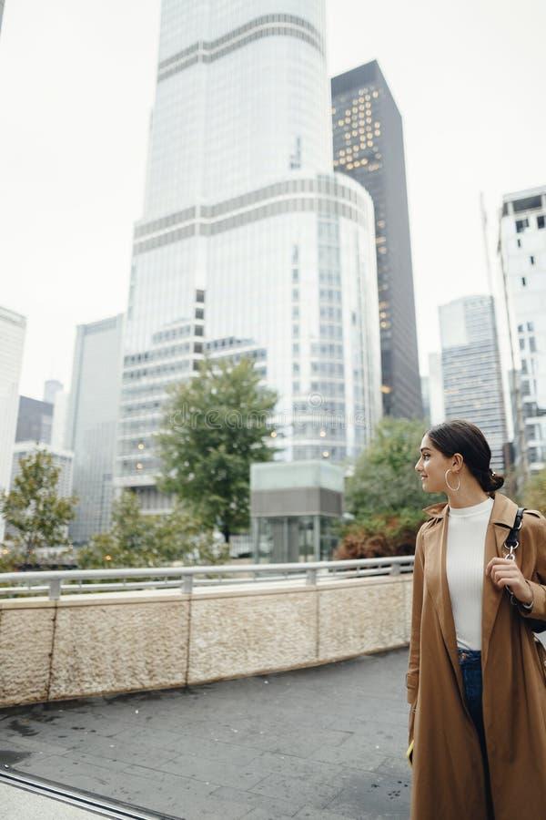 De vrouw loopt de straten van Chicago stock foto's