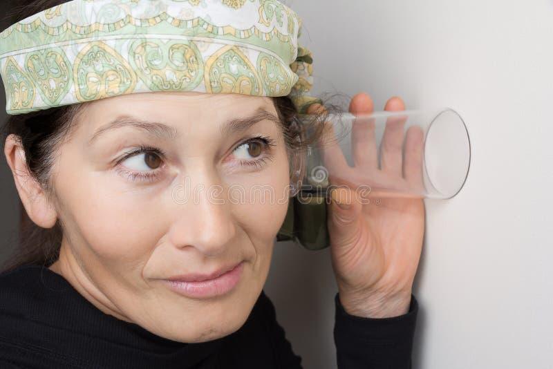 De vrouw luistert af royalty-vrije stock fotografie