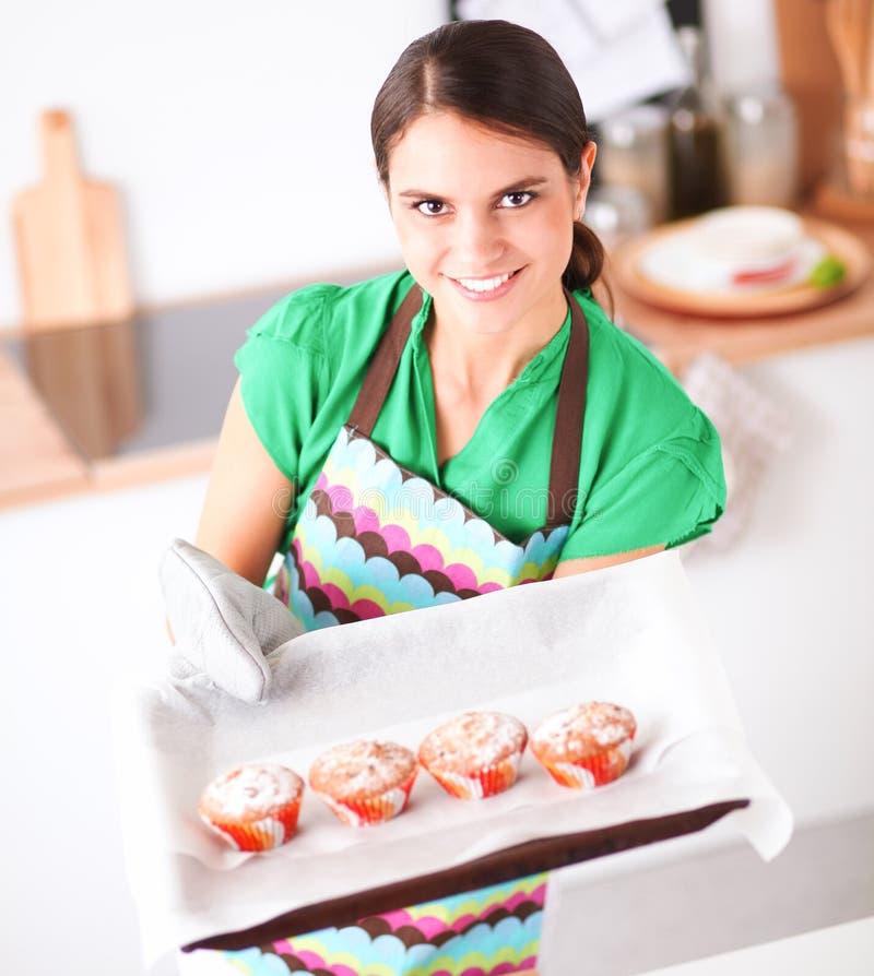 Download De Vrouw Maakt Cakes In De Keuken Stock Foto - Afbeelding bestaande uit dessert, huis: 107705100