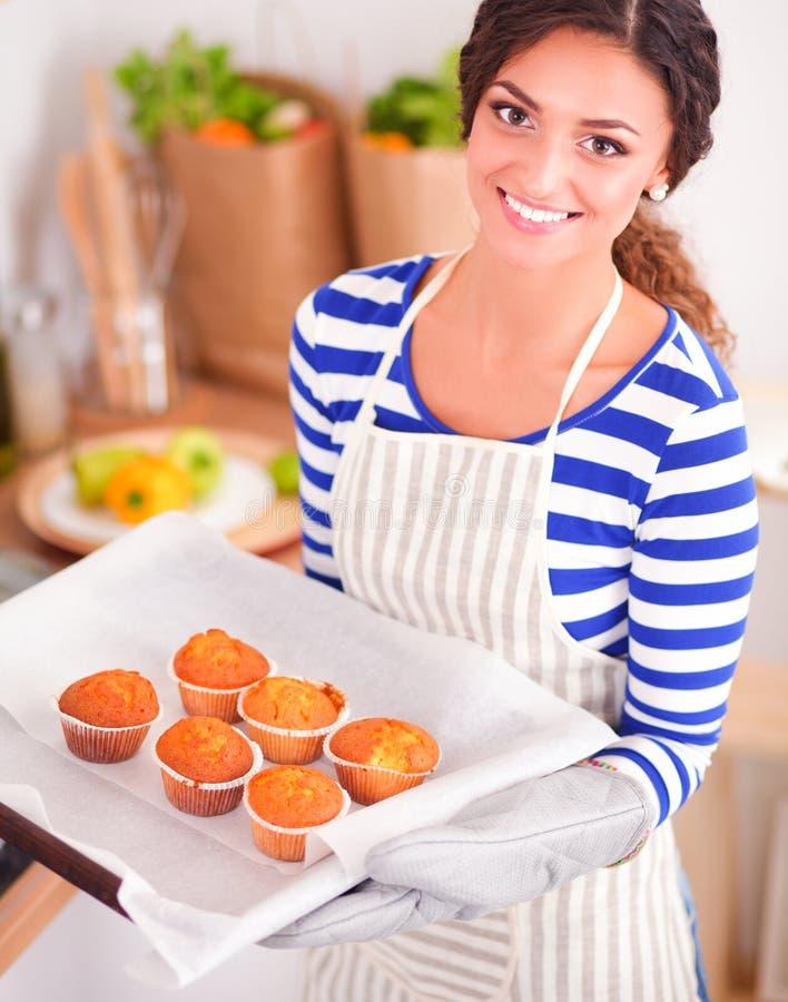 Download De Vrouw Maakt Cakes In De Keuken Stock Afbeelding - Afbeelding bestaande uit binnenlands, dessert: 107705369