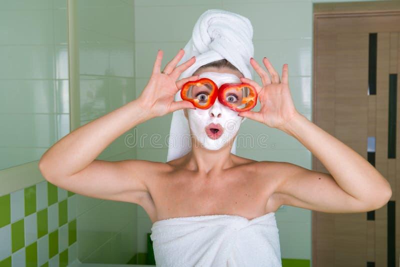 De vrouw maakt een gezichtsmasker na douche in de ochtend Schoonheidsbehandelingen voor de huid stock fotografie