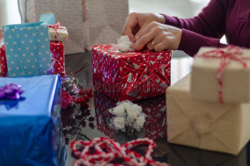 De vrouw maakt giftpakketten stock afbeeldingen