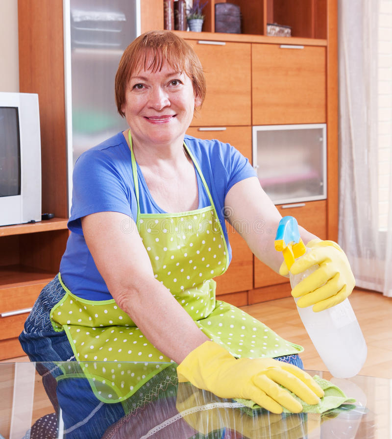 De vrouw maakt het huis schoon royalty-vrije stock afbeelding
