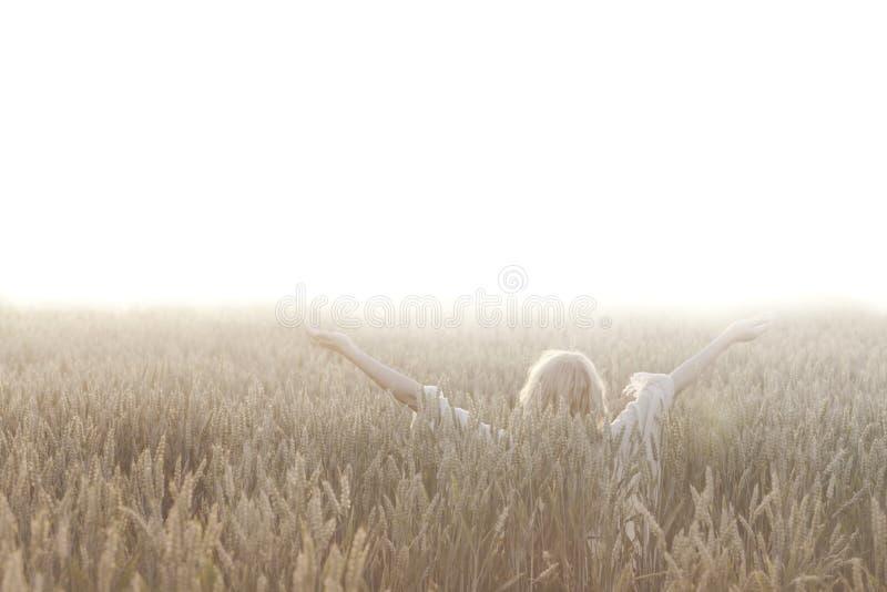 De vrouw maakt meditatie in het midden van aard royalty-vrije stock foto