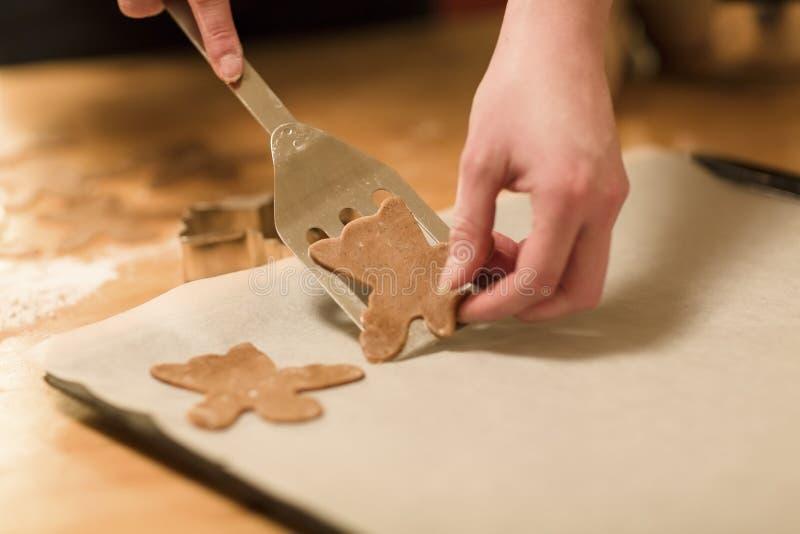 De vrouw maakt Peperkoekengelen stock afbeeldingen