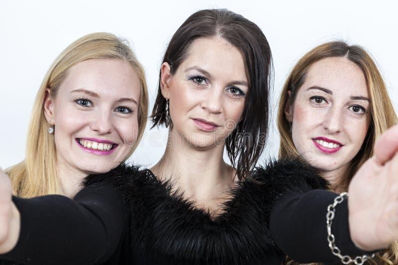 De vrouw maakt selfie met haar meisjes royalty-vrije stock fotografie