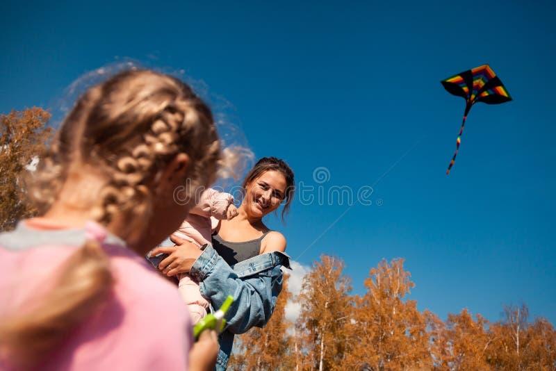 De vrouw met baby en meisje geniet van aard royalty-vrije stock afbeeldingen