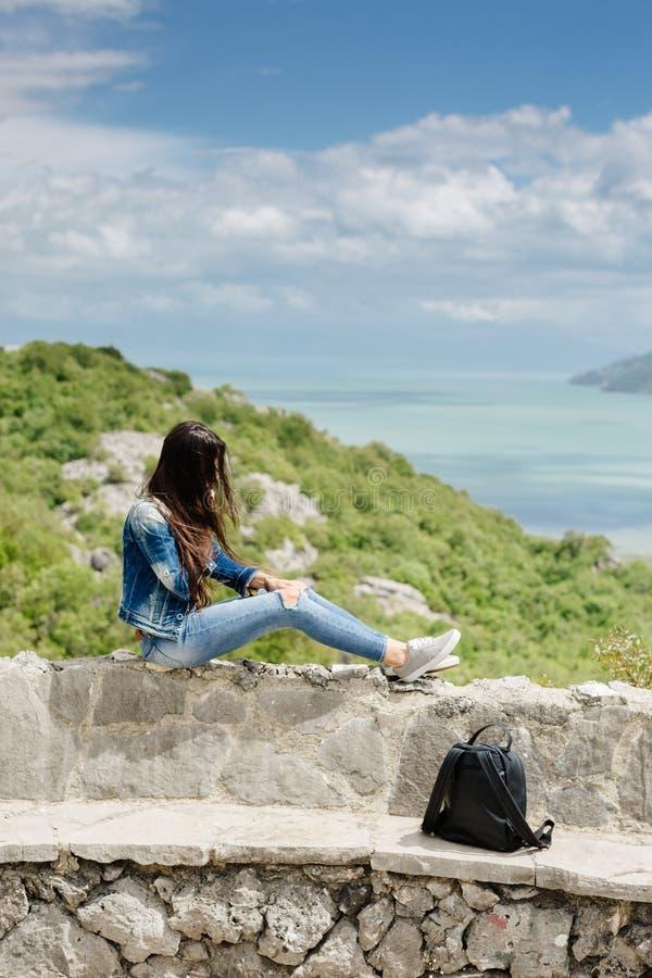 De vrouw met cellphone ontspant in bergen royalty-vrije stock foto's