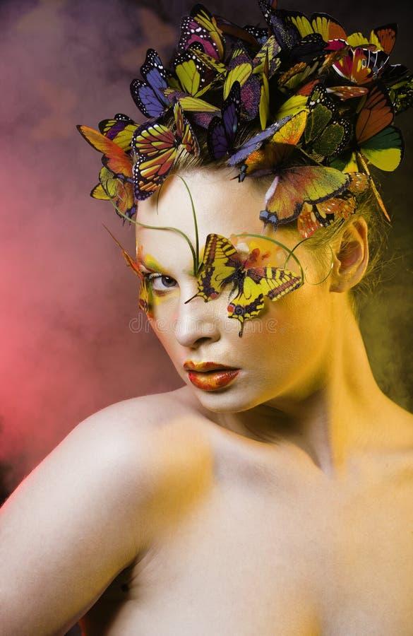 De vrouw met creatieve de zomer maakt omhoog als de close-up heldere gekleurde achtergrond van de feevlinder royalty-vrije stock afbeeldingen
