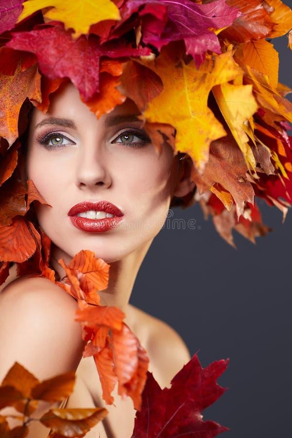 De vrouw met doorbladert op hoofd in de herfstconcept royalty-vrije stock foto's