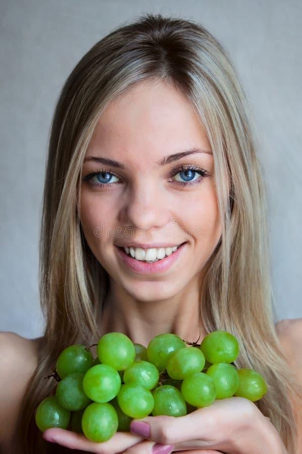 De vrouw met druiven royalty-vrije stock foto's
