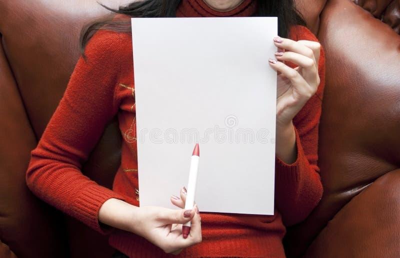De vrouw met een document schoon blad stock foto