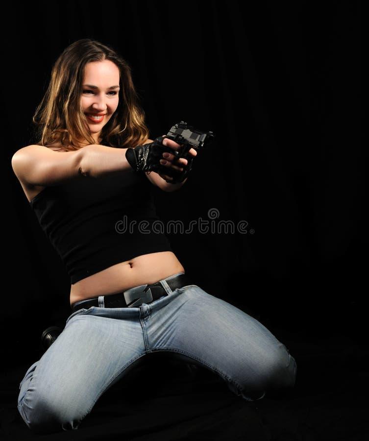 De vrouw met een pistool stock foto