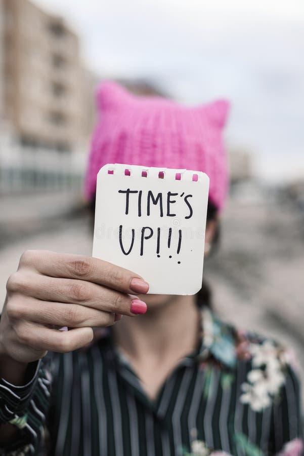 De vrouw met een roze hoed en de teksttijd is omhoog royalty-vrije stock fotografie