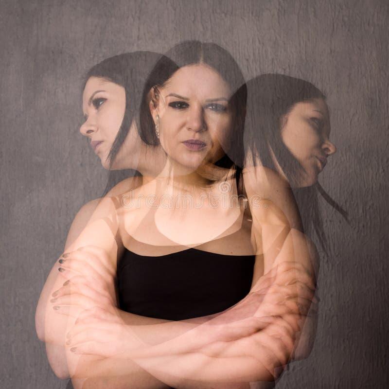 De vrouw met gespleten persoonlijkheid lijdt aan schizofrenie stock foto's