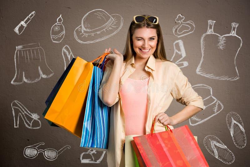 De vrouw met het winkelen doet gekocht cloes en schoenen in zakken stock fotografie