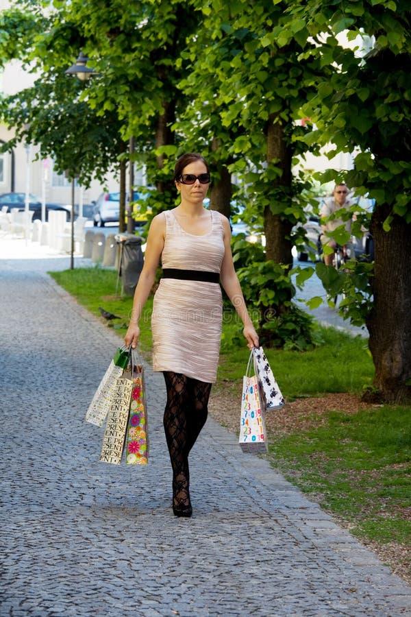De vrouw met het winkelen doet terwijl het winkelen in zakken royalty-vrije stock foto
