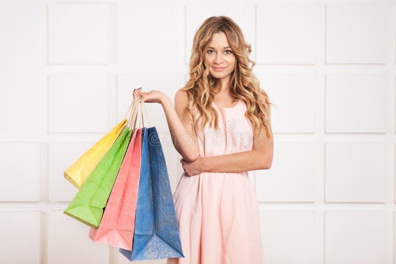 de vrouw met het winkelen doet in zakken stock foto's