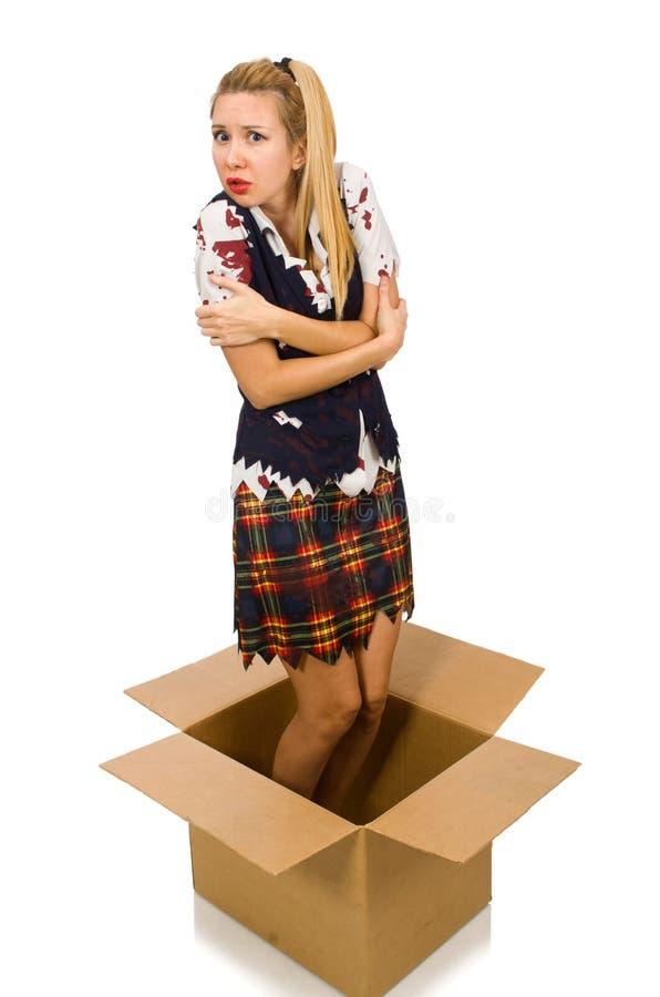 De vrouw met kartondoos op wit wordt geïsoleerd dat stock afbeelding