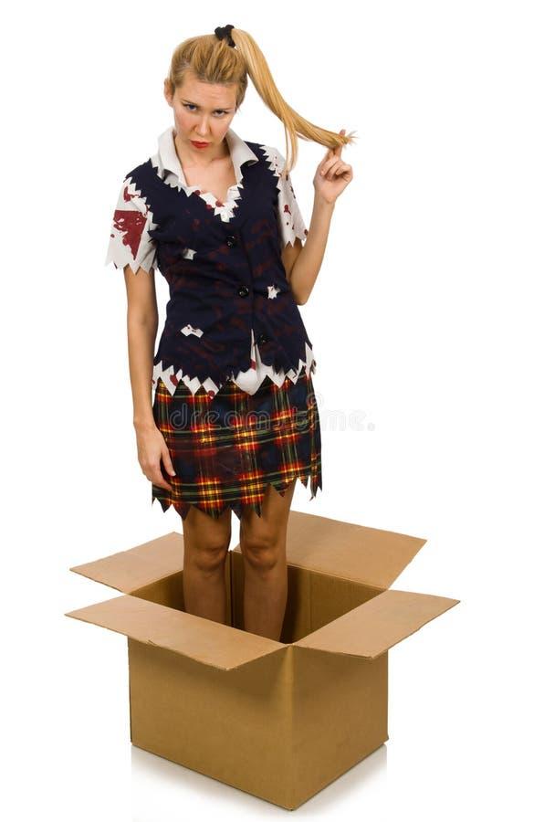 De vrouw met kartondoos op wit wordt geïsoleerd dat stock afbeeldingen