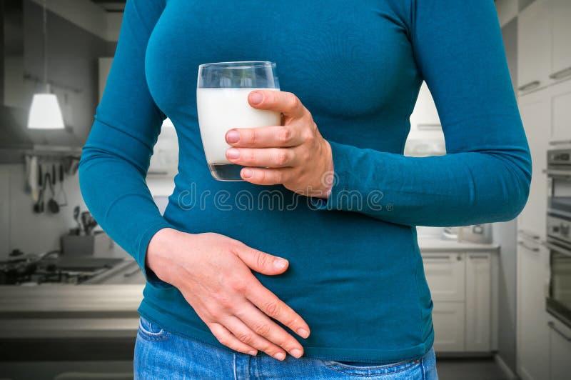 De vrouw met lactoseprobleem lijdt aan maagpijn stock foto's